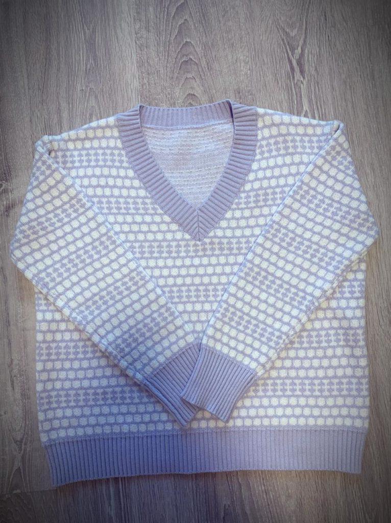 Женский осенне-зимний пуловер.